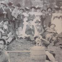 Sozialistentreffen auf der Bodenschneid. In der Bildmitte Georg von Vollmar, rechts daneben: Franz Straßer und liegend daneben: Erhard Auer
